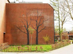 schaduw van bomen op buitenmuur in acrylverf