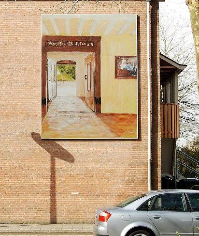 muurschildering van doorkijkje in oud gebouw, aan de buitenmuur van een woning aan de Fossemaheerd in Beijum, Groningen