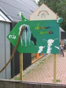aanwijsbord bij kinderboerderij in Beijum